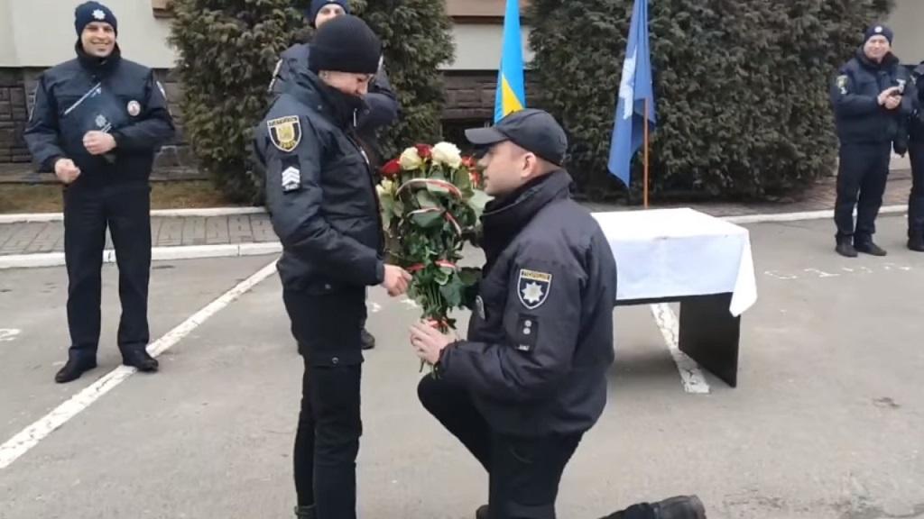 У Львові поліцейський освідчився коханій у День валентина. Відео