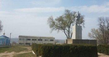 Жителі села Залізничне Одеської області відновили недавно знесений в рамках декомунізації пам'ятник Леніну.