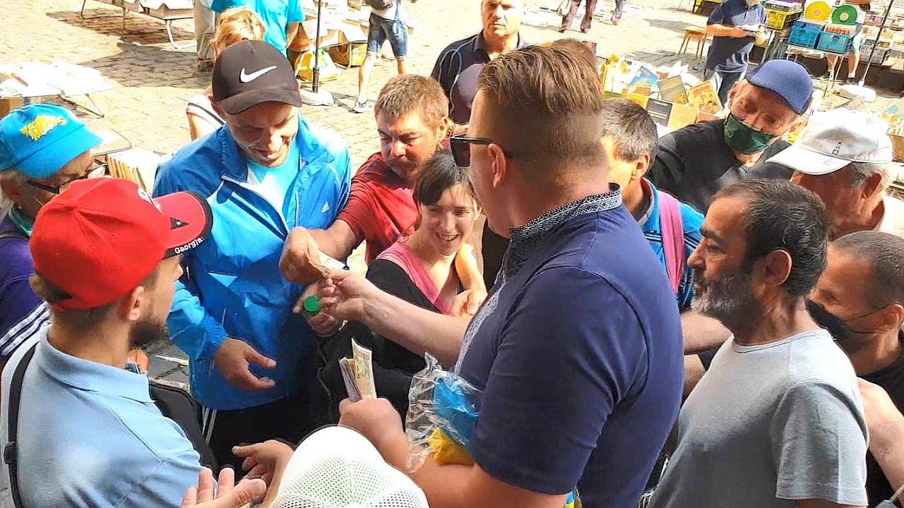 У центрі Львова невідомий роздавав перехожим гроші від імені Ісуса. Відео